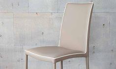 Sedia moderna Marta Flex Marta è una sedia moderna che si distingue per la seduta confortevole e lo schienale flessibile rifinito, così come il bordo della seduta, con cordino. Ha la struttura in acciaio e la seduta con fasce elastiche. Le sue linee classiche, con un tocco di originalità dato dal prezioso bordino, la rendono una sedia elegante, moderna e, grazie alla sua versatilità, adatta a qualsiasi ambiente.