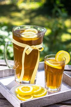 Do you know how to make sun tea safely? Years ago, it was very popular to make tea by placing it in a jug of water and letting it sit out all day in the sun Iced Tea Recipes, Coffee Recipes, Detox Drinks, Healthy Drinks, Flavored Ice Cubes, Best Herbal Tea, Herbal Teas, Sun Tea, Tea Brands