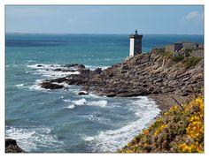 #Bretagne - #Finistere Pointe de Kermorvan : #phare #lighthouse © Paul Kerrien http://toilapol.net