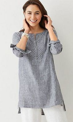 """linen mixed-stripes tunic """"Linen gray tunic - Love the structured feel given to this comfy piece by the fabric choice and the geometric treatment at the ne Kurta Designs, Blouse Designs, Linen Dresses, Casual Dresses, Look Urban Chic, Linen Tunic, Mode Hijab, Mode Inspiration, Mode Style"""