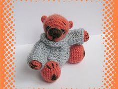 Вот такой свитер для мишки или другой вязаной игрушки можно связать легко и просто:)) Этот свитер на рост 13 см, окружность головы 14см. Мохер в одну нить, 2 спицы 2мм. Спинка и полочка вяжутся одинаково. Набираем 20 пет и вяжем -после кромочной 2 изн,2 лиц до конца, в конце тож остается 1 петля кромочная Лицевые ряды : кромочная, перекрещиваем 2 лиц петли( сначала провязываем вторую, а…