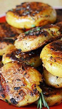 Crispy-Outside Creamy-Inside Garlic Herb Potatoes Side Dish Recipes, Vegetable Recipes, Vegetarian Recipes, Cooking Recipes, Healthy Recipes, Protein Recipes, Healthy Sweets, Cooking Food, Veggie Food