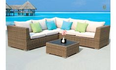 Conjunto de terraza o jardín, compuesto por mesita y sofá rinconera.  Fabricado en fibras naturales en tono marrón claro y con asientos revestidos en textil blanco crudo.