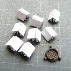 Pour 8 mini-livres, il faut : 2 feuilles A4 75gr, du fil solide,  de la carte en 2, de la mousseline, des cuirs parés mosaïque de différentes couleurs, de la colle blanche, du papier simili-japon