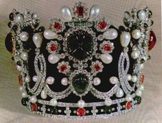 Once Muhammad Reza Shah placed the Pahlavi crown on his own head during his coronation ceremony in 1967, he placed this crown on the head of his wife, the Empress Farah. Until that date, the wives of Persian monarchs were not crowned, and so it became necessary to design a new crown for the occasion. That honor was bestowed on the French jewellers, Van Cleef & Arpel.