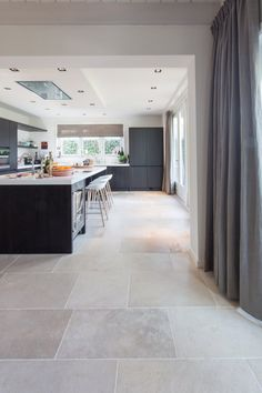 dallen vloer in Oud-Beijerland natuursteen vloer bourgondische dallen niveaux gris // French limestone flooring Living Room Tiles, Living Room Kitchen, Kitchen Flooring, Home, Living Room Flooring, House Flooring, Limestone Flooring, Flooring, Travertine Floors