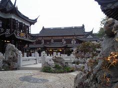Es ist ein orginaler Nachbau des Teehauses in Shanghai. Es befindet sich hinter dem Museum für Völkerkunde in Hamburg.