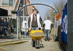 Koningspaar terug uit Parijs, aan de bak in speeltuin (fotoserie) -  Koning Willem-Alexander bij speeltuin- en buurtvereniging Vreugdeoord in Alphen aan den Rijn tijdens NLdoet. beeld ANP
