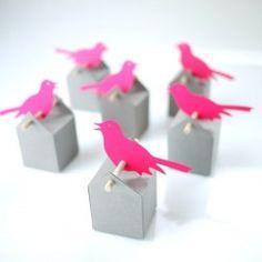 Les boîtes de 4.5 cm de côté peuvent contenir 10 dragées blanches et 2 dragées couleur (une taupe, une rose néon). Drôle d'oiseaux ?Lacouleur rose néon est...