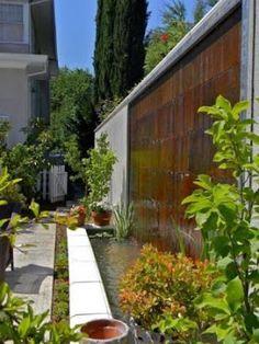 Aunque suene curioso en nombre, el muro llorón resulta ser un espacio decorativo que realza mucho la belleza de los patios.   Además de deco...