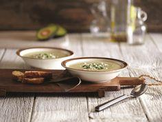 So gut für heiße Sommertage: eine kalte Avocadosuppe. Das beste Rezept für die leckere Speise verraten wir Ihnen hier