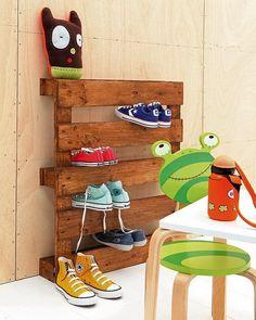 Zapatero DIY con palet de madera. Muebles con palets. Ideas económicas para dormitorios infantiles.