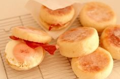 「こねないから簡単&美味 【イングリッシュマフィン】」~A4の厚紙で6個できる!本格【イングリッシュマフィン】は、こねないパン、話題のシロワッサンで!お気楽にほとんど何もしないで美味しくできる、寝て待て家宝レシピ。【楽天レシピ】