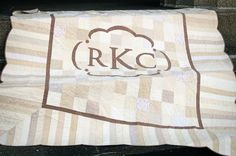 The Wedding Quilt-no tutorial but I LOVE the monogram and the scalloped border. Must figure out a pattern for this soon! Quilting Projects, Quilting Designs, Sewing Projects, Diy Quilting, Cute Quilts, Baby Quilts, Handmade Wedding Gifts, Personalized Wedding, Patch Bordado