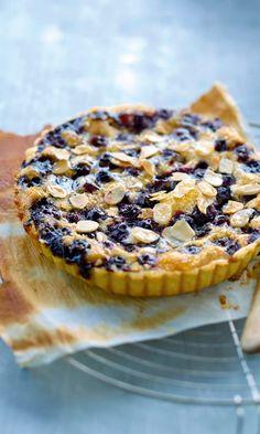 La tarte amandine au cassis ravira tout le monde à l'heure du dessert ou du goûter. Lancez-vous dans la réalisation de cette recette facile!