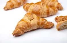 French baking, particularly how to make croissants with puff pastry, demands quality above the American standard. Learn to do it at home in this post. Healthy Food Choices, Healthy Soup Recipes, Healthy Foods To Eat, Real Food Recipes, Healthy Eating, Fast Foods, Fudge Recipes, Croissants, Pan Relleno