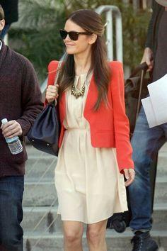 Rachel Bilson - combinó un vestido beige o nude con un blazer corto  rojo