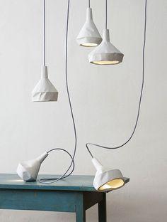 Twee mooie elementen komen samen…Deze hanglampen lijken op verkreukeld papier maar zijn gemaakt van beton.