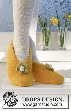"""Daffodil Dancers - Felted DROPS Easter slippers in """"Eskimo"""". Sizes from child 9 to woman - Free pattern by DROPS Design Diy Crochet And Knitting, Crochet Socks, Knitting Socks, Knitting Patterns Free, Free Knitting, Free Pattern, Drops Design, Felted Slippers Pattern, Handarbeit"""