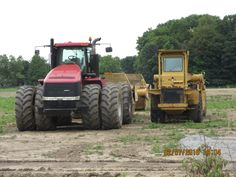 Note the size difference between the 500hp CaseiH Steiger  scraper tractor & the Wabco 101G elevating scraper