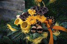 Dekorace na hrob může mít různou podobu. Inspirujte se a vyrobte si vlastní dušičkovou výzdobu. Wreaths, Christmas Ornaments, Halloween, Holiday Decor, Home Decor, Decoration Home, Door Wreaths, Room Decor, Christmas Jewelry