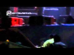 #VIDEO Lucho Jara se cae del escenario y arrastra a camarógrafo!
