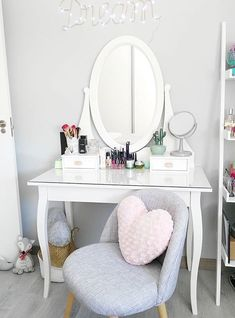8 Effortless DIY Ideas To Organize Makeup According To Your Personality Type Change your makeup desk from messy to fabulous chic with these ideas that will match your taste and personality. Interior Design Career, Interior Decorating Styles, Room Seperator Ideas, Make Up Tisch, Rangement Makeup, Makeup Desk, Vanity Decor, My New Room, Simple House