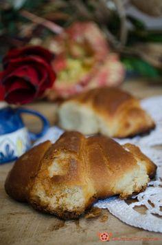 Cornetti di pasta brioche con finta sfogliatura, soffici e profumati, ideali per iniziare la giornata con gusto. Ottimi farciti con marmellata, nutella o crema pasticcera.