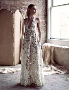 Entre dentelle et découpes sensuelles, cette longue robe Valentino a tout bon !