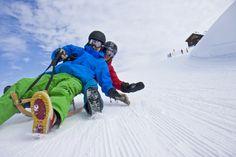 Die Naturrodelbahn am Kapell bietet Wintervergnügen auf 5,5 km Länge. Die lustige Rodelpartie führt auf einfachem Kurs 515 Höhenmeter abwärts und garantiert Spaß für die ganze Familie. #silvrettamontafon #luge #snow Snowboard, Winter, Mountains, Summer Recipes, Funny, Winter Fashion