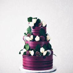 Deeply delicious colours @junipercakery @weddingforward #plum #purple #weddingcake #dessert #floralcake #sugarflowers #heartsweetcakes #artisticcakery #cakeartist #cakedesigner #luxuryweddingcakes #luxurycake