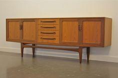 Teak dressoir van G-Plan.  Afmetingen: L 213 cm, H 79,5 cm, D 45,5 cm.  Beide zijden van de kast hebben verstelbare legplanken.