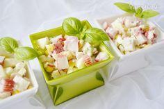 ŠALÁT Z KRABÍCH TYČINIEK - LAHODNÝ  400 gtyčinky krabie  350 gkukurica v konzerve  2-3 ks kyslejšiejablká  2 ks (stredne velke)uhorky šalátové  3 ks uvarenévajcia  3 PLmajonéza  3 PL (prip. pochutková smotana)jogurt grécky  soľ  pár kvapiek (mozno vynechat)šťava citrónová  korenie biele mleté