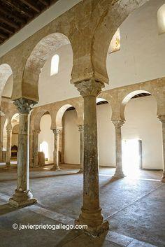 Espacio interior. Templo mozárabe. Siglo X. San Miguel de Escalada. León. Castilla y León. España © Javier Prieto Gallego www.siempredepaso.es