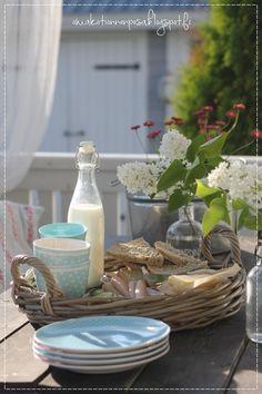 terassi, kattaus ulkona, ohraleipä, kauniit astiat