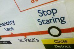 """""""Rispettare la solitudine urbana"""", """"Cedere il posto agli ubriachi o alle persone eleganti"""", ma anche """"La fine"""" al posto del nome dell'ultima fermata e altri sorprendenti messaggi sono apparsi nella metropolitana di Londra. Merito del collettivo creativo """"Mix the message"""" che da tempo decora la capitale inglese con sticker urbani dai messaggi divertenti. Una lezione di ironia - come spiegano gli autori sul sito - per aiutare le persone a prendere la vita quotidiana con meno serietà"""