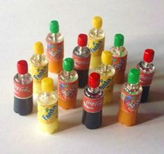 how to: soda bottles photos not english lshow to: soda bottles. polymer clay and clear pushpinshow to: miniature soft drinks / soda bottles (with printables)how to: soda bottles - other pages that include other homemade miniatures tooTiny pops for a doll Dollhouse Tutorials, Diy Dollhouse, Dollhouse Miniatures, Miniature Crafts, Miniature Dolls, Miniature Food, Miniature Bottles, Dollhouse Accessories, Barbie Accessories