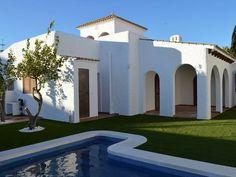 Ref:4115 ALMERÍA, VERA. Alquiler chalet en primera línea de playa, urbanización Puerto Rey. Con capacidad para 12 personas, dispone de #cinco_dormitorios, tres baños, salón con chimenea, cocina, #piscina y garaje. Urbanización con piscina, #parque_infantil, tenis, paddel, fútbol, #voley, etc. En #primera_ línea_de_playa y cercano a dos campos de #golf. Situado a 2 Km. de #Garrucha y a 10 Km. de #Mojácar.#casa_grande_en_Almería http://www.fotoalquiler.com/vera4115/