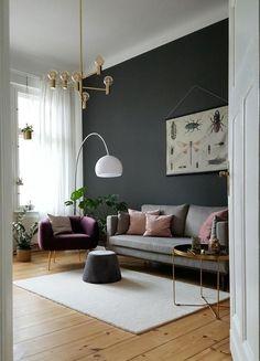 Wow, dieses Wohnzimmer mit Vintage-Leuchte und schlichten Möbeln lieben wir! #bogenleuchte #skandinavisch #grauewand #teppich #holzdielen #altbau #rosa #interior #living #wohnzimmer #COUCHstyle