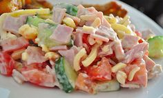 Zutaten 4 Tomate(n) 1 Salatgurke(n) 400 g Käse, (Emmentaler), gestiftelt 400 g Kochschinken 150 g Joghurt 1 Pck. Kräuter, (...
