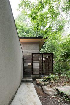 清里のアトリエ山荘<br />緩やかなアプローチとスケルトンウッドフェンス Home Decor, Decoration Home, Room Decor, Interior Decorating