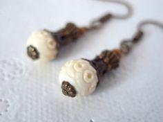 アイボリー色レリーフ入りビーズのランタン風ピアス Creema Handmade Crafts Earrings White ハンドメイド クラフト ビーズ アクセサリー イヤリング エスニック boho