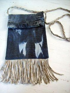Bolsa com alça transversal e franjas em couro. Maria Luisa Artesanato