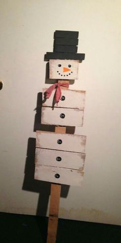 Wooden Pallet DIY Wooden pallet snowman Ideas with the welcome sign hanging at the entry door of your home will be another wise decision you can go for. Pallet snowman with hook varieties can be dangle on the wall to provide a safe home to your keys. Pallet Christmas, Primitive Christmas, Rustic Christmas, Christmas Projects, Christmas Holidays, Christmas Ideas, Primitive Snowmen, Primitive Crafts, Christmas Signs