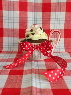 We LOVE these easy holiday cupcakes! They are reminiscent of a sweet holiday cup of hot chocolate! All we did was make chocolate cupcakes, . Peppermint Cupcakes, Chocolate Peppermint Cookies, Christmas Hot Chocolate, Christmas Tea, Diy Food Gifts, Food Crafts, Hot Chocolate Cupcakes, Holiday Cupcakes, Diy Party
