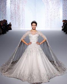 La novia vestía de blanco... y mangas ejecutando una capa. Y pedrería. Y un millón de detalles.  La novia es @IsabeliFontana y el desfile, el de @ralphandrusso en la #AltaCostura de París. El minuto a minuto, en BAZAAR.es