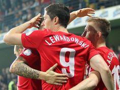 Nicht Robert Lewandowski (M) hat den Treffer zum 1:1 gegen Moldau erzielt, sondern Teamkollege Jakub Blaszczykowski (r). (Foto: Radek Pietruszka/dpa)