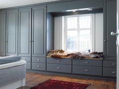 Garderobe plassbygget rundt seng med stramme profiler for Garderobe young