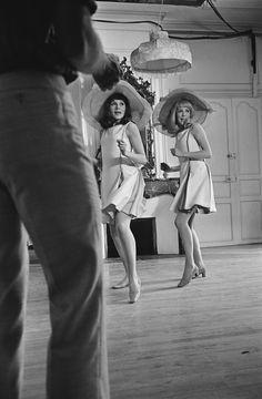 """Françoise Dorléac et sa soeur Catherine Deneuve sur le tournage des """"Demoiselles de Rochefort"""" qui sortira sur les écrans français le 1er Février 1967 Photo: Philippe Le Tellier / Paris Match"""