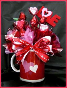 Valentine Candy Bouquet in a mug Valentines Day Baskets, Valentines Day Decorations, Valentine Day Crafts, Cadeau St Valentin, Saint Valentin Diy, Bouquet Cadeau, Gift Bouquet, Bouquet St Valentin, Candy Bar Bouquet